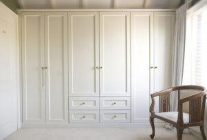 Nếu kê tủ quần áo gần cửa sổ, bạn nên che bằng tấm rèm đủ dày tránh ánh sáng trực tiếp chiếu lên tủ