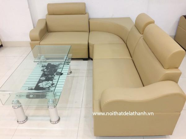Sofa góc được làm bằng chất liệu giả da, có giá thành phù hợp với túi tiền nhiều hộ gia đình