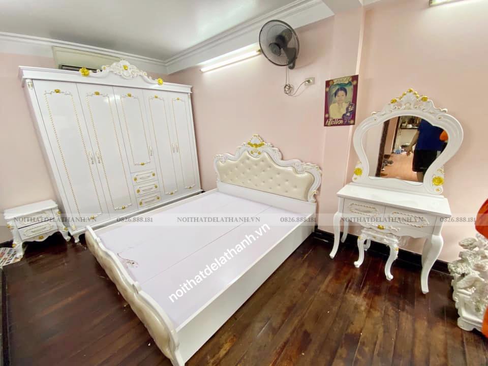 Chiếc bàn phấn có nhũ vàng trong combo nội thất tân cổ điển là một trong các sản phẩm bán chạy nhất năm 2020 của Nội thất Đê La Thành