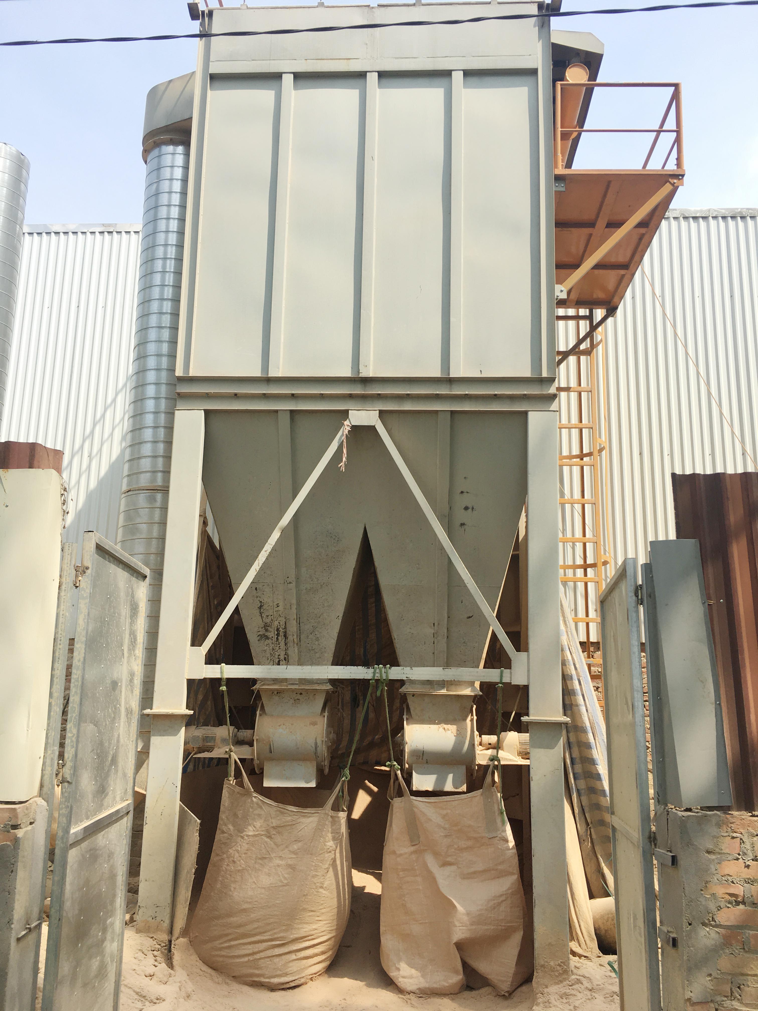 Bước 4: Nguyên liệu thô được đưa vào máy để xay thành bột gỗ
